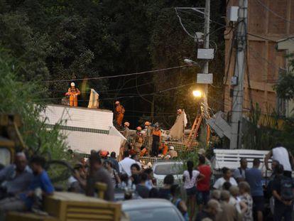 Los equipos de rescate trabajan en un edificio ilegal que se desplomó matando a 24 personas en Río de Janeiro en abril de 2019.