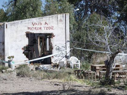 El edificio en ruinas cercano a la vivienda de los niños asesinados en Godella con la pintada 'Vais a moror todiz'.