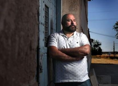 José Barrios, familiar de una de las víctimas de la fosa de Almagro, junto a la puerta del cementerio de la localidad.