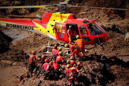 Los bomberos, durante el rescate de una víctima en Brumadinho.