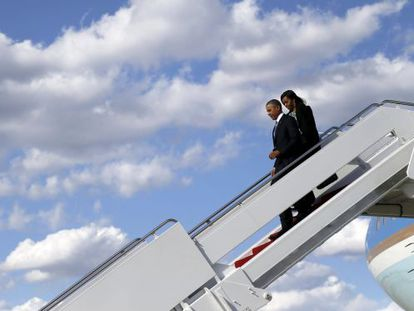 Barack y Michelle Obama descienden del Air Force One en Boston.