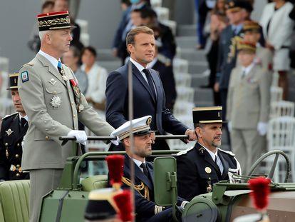 El presidente francés, Emmanuel Macron, y el jefe del Estado Mayor, el general François Lecointre, en el desfile del 14 de julio de 2020.