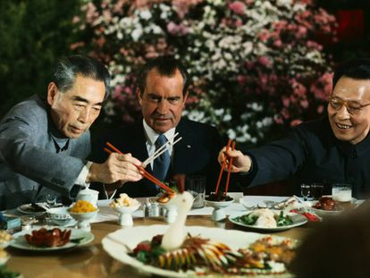 El presidente estadounidense Nichard Nixon en su debut televisado con los palillos durante su viaje diplomático a China (en la imagen, en posición de espera). A la izquierda, el primer ministro del país asiático Chou En-lai; a la derecha, el líder del partido comunista de Shanghái Chang Chun-chiao. |