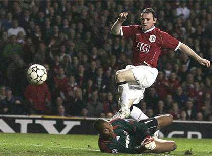 Rooney supera a Dida y marca el segundo gol del Manchester.