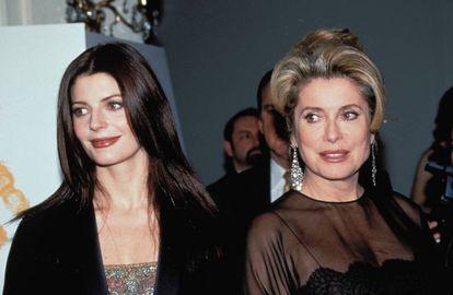 Catherine Deneuve con su hija Chiara Mastroiani en la década de los años noventa.