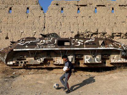 Un afgano juega ante un tanque soviético destruido en Kabul.