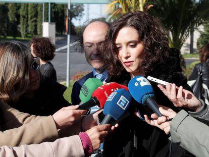 La presidenta de la Comunidad de Madrid, Isabel Díaz Ayuso, atiende a los medios tras acudir a la capilla ardiente de Margarita Salas.