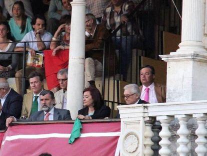 La presidenta Anabel Moreno muestra el pañuelo verde una tarde de toros en La Maestranza de Sevilla.