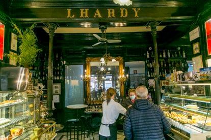 Interior de la zona de tienda y barra del Restaurante Lhardy, en Madrid.