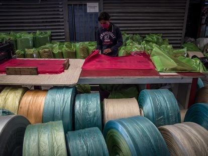 Una trabajadora dobla bolsas de plástico para residuos biológicos en Toluca, México.