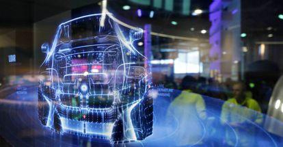 Una pantalla muestra un prototipo de coche autónomo.