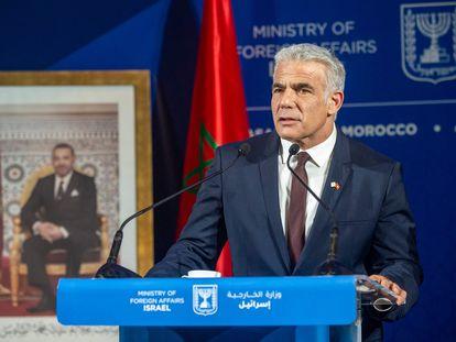 El ministro de Exteriores israelí, Yair Lapid, ante una foto de Mohamed VI, el jueves en Casablanca.