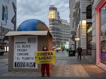 """Greenpeace coloca una gran caja gigante en la Gran Vía de Madrid contra el """"consumismo desaforado"""" del Black Friday."""