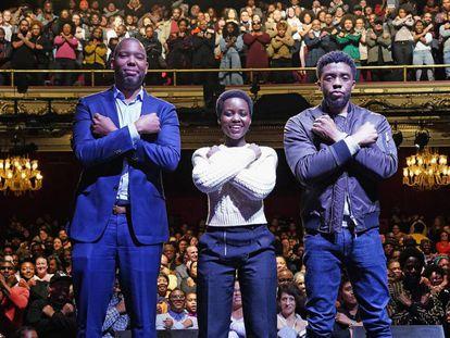 El escritor Ta-Nehisi Coates y los actores de 'Black Panther' en el teatro Apollo de Nueva York.