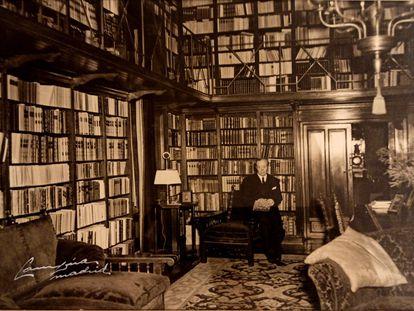Agustín González de Amezúa y Mayo en su biblioteca, en una imagen facilitada por la familia.