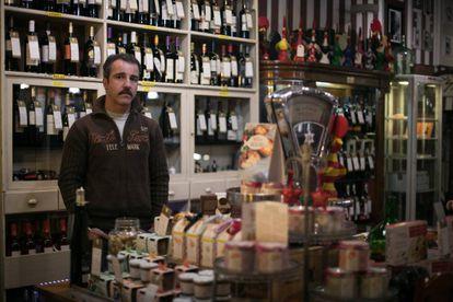 Carlos Armengol en su negocio de productos portugueses en Poblenou