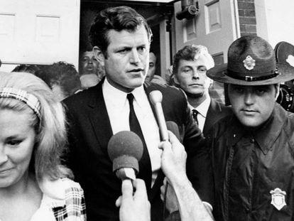 El senador Teddy Kennedy, junto a su esposa Joan Bennett, a la salida del juzgado del condado de Dukes, en Edgartown, tras declararse culpable de abandonar su siniestrado coche, en el que falleció la joven Mary Jo Kopechne, tras hundirse en el estanque de la isla de Chappaquiddick.