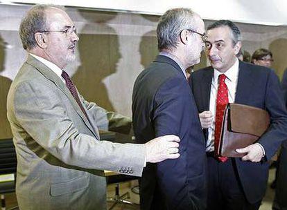 Solbes, con el consejero catalán Antoni Castells y el secretario de Estado de Hacienda, Carlos Ocaña.
