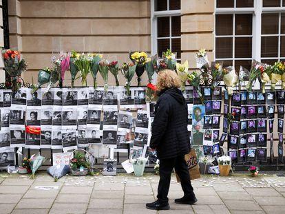 Una mujer observa fotos de manifestantes muertos en las protestas, este domingo frente a la Embajada birmana en Londres.