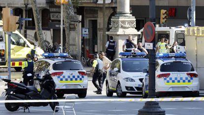 Al menos dos personas han muerto y 20 han resultado heridas en el atropello masivo de Barcelona.