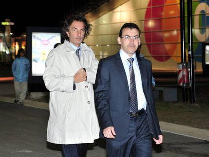 El primo del presidente Macri, Angelo Calcaterra (izquierda), llega este lunes a los tribunales federales de Buenos Aires.
