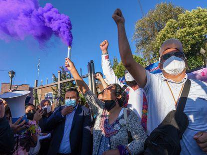 Lorena Gutiérrez y Jesús Quintana, padres de Fátima Quintana, celebran la sentencia contra uno de los asesinos de su hija a las afueras del juzgado, este martes.