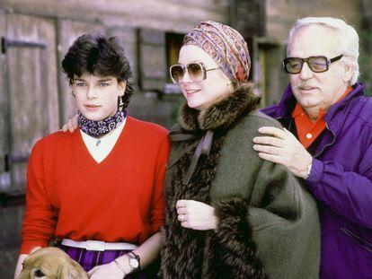 Rainiero de Mónaco con su hija, la princesa Estefanía y su esposa Grace Kelly en 1979 en Gstaad, Suiza.