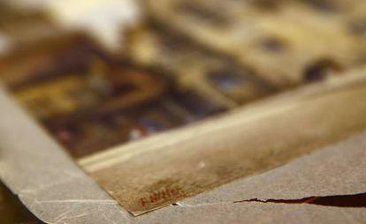Detalle de la firma de Adolf Hitler, en el extremo inferior izquierdo de la acuarela.