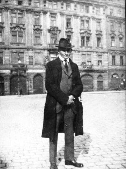 Frank Kafka, en la Plaza de la Ciudad Vieja de Praga, hacia 1920.