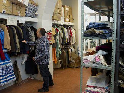 El almacén del centro de acogida San Juan de Dios con la ropa que llega desde el aeropuerto de Málaga.