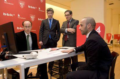 De pie, Josu Urrutia, a la izquierda, junto a Mario Fernández.