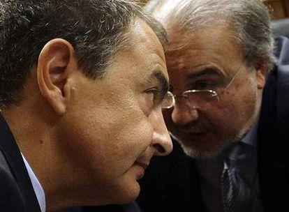 El vicepresidente económico, Pedro Solbes, susurra algo al presidente del Gobierno, José Luis Rodríguez Zapatero, durante el debate.