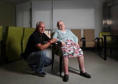 José Ruiz, de 70 años, con su madre Josefa López Flores, de 95. Las cuotas de 2.350 euros al mes por una residencia absorbieron parte de los ahorros de toda una vida.