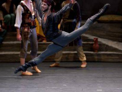 """Davide Dato en el papel de Birbanto en """"El Corsario"""" del Ballet de la Ópera de Viena."""