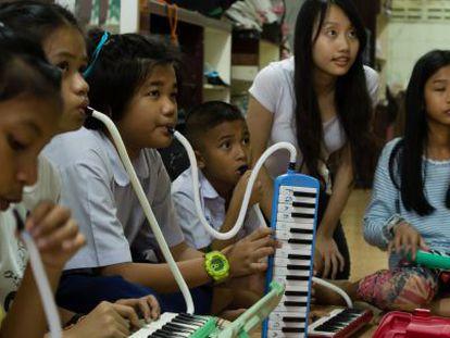 Un grupo de alumnos de Playing for Change aprende a tocar una melódica.