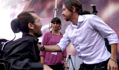 Echenique e Iglesias se saludan en la asamblea de Podemos, en la plaza de toros de Vistalegre, el pasado 19 de octubre.