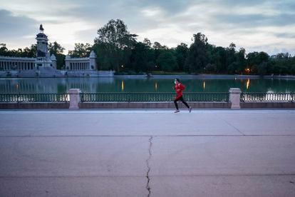 La reapertura de los parques. Uno de los primeros corredores en El Retiro el 25 de mayo, reabierto aquella mañana tras ser cerrado el 14 de marzo.
