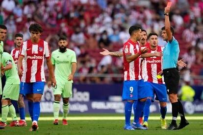 Momento en el que Gil Manzano expulsa a João Félix durante el Atlético-Athletic  (0-0) celebrado este sábado en el Wanda Metropolitano. (AP Photo/Manu Fernandez)