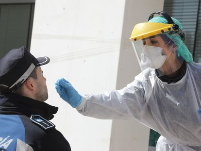 Una sanitaria realiza una prueba de Covid-19 a un policía, en Madrid.