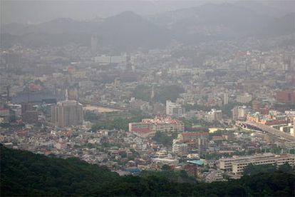 Vista actual de la ciudad de Nagasaki, en la isla de Kyushu, al suroeste de Japón. Las colinas que rodean la ciudad redujeron el impacto de la bomba, que en principio era de mayor potencia que la que cayó sobre Hiroshima.