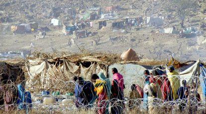 Un grupo de sudaneses llegan a Sortoni, en el norte de Darfur, tras huir de los enfrentamientos en Yebel Marra.