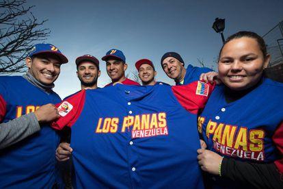 Miembros del equipo de softball madrileño Los Panas de Venezuela. Desde la izquierda. Luis Salazar, Gerson Godoy, César Pérez, Carlos Alfaro, Víctor Miraglia y Marielis Sánchez.