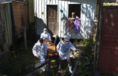 Empleados municipales recogen el cadáver de una nonagenaria fallecida por complicaciones de la covid en su casa de Manaos.
