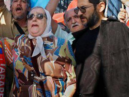 Sergio Schocklender (derecha) junto a Hebe de Bonafini durante un acto de las Madres de Plaza de Mayo en 2004.