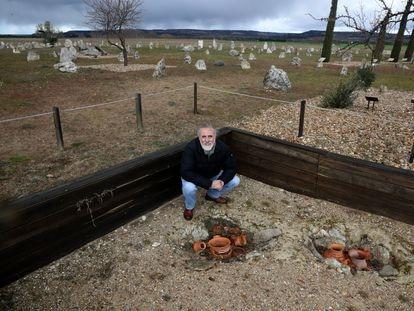 El arqueólogo Carlos Sanz, en el cementerio vacceo de las excavaciones en Padilla de Duero.