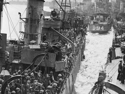 Decenas de soldados británicos evacuados de Dunkerque llegan al puerto de Dover, el 31 de mayo de 1940.