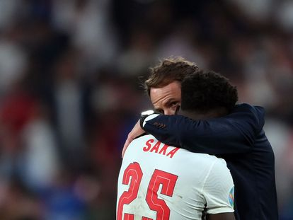 Gareth Southgate abraza a Bukayo Saka, que falló el último penalti de Inglaterra.