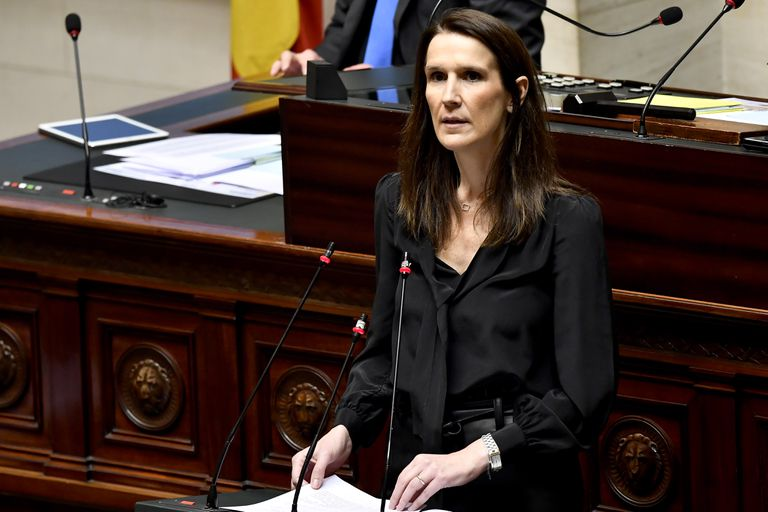 La primera ministra belga, Sophie Wilmès interviene ante un Parlamento casi vacío, este jueves.