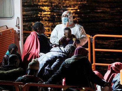 Llegada del buque con los 53 supervivientes de la patera rescatada el pasado 16 de marzo, en la que se encontraba la niña de dos años que falleció cinco días después en el hospital.
