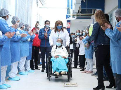 Una paciente de 92 años abandona el hospital colombiano que la trató tras recuperarse de coronavirus.